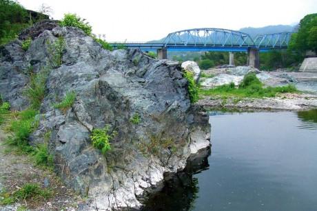 栗谷瀬橋の蛇紋岩と石綿